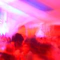 Mit rotem Farben aufgenommenes Bewegungsbildes aus dem Festzelt während einer Lasershow