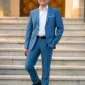 Bürgermeister Frank Zimmermann schreitet die Rathaustreppe hinab, hochkant, blauer Anzug