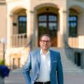Bürgermeister Frank Zimmermann schreitet die Treppen vor dem Rathaus (Neues Schloss) hinab