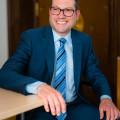 Bürgermeister Frank Zimmermann nach links schauend, sitzend, am Schreibtisch im Rathaus Gaildorf
