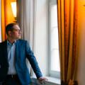 Bürgermeister Frank Zimmermann im Wurmbrandsaal, aus dem Fenster schauend, quer