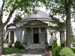 Frasch-Mausoleum auf dem Gaildorfer Friedhof, Haupteingang, umrahmt von Bäumen