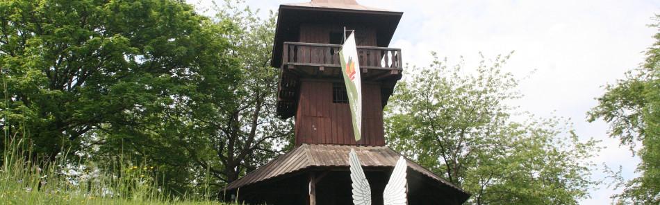Kernerturm - hölzerner Aussichtsturm mit Fahne des schwäbischen Albvereins