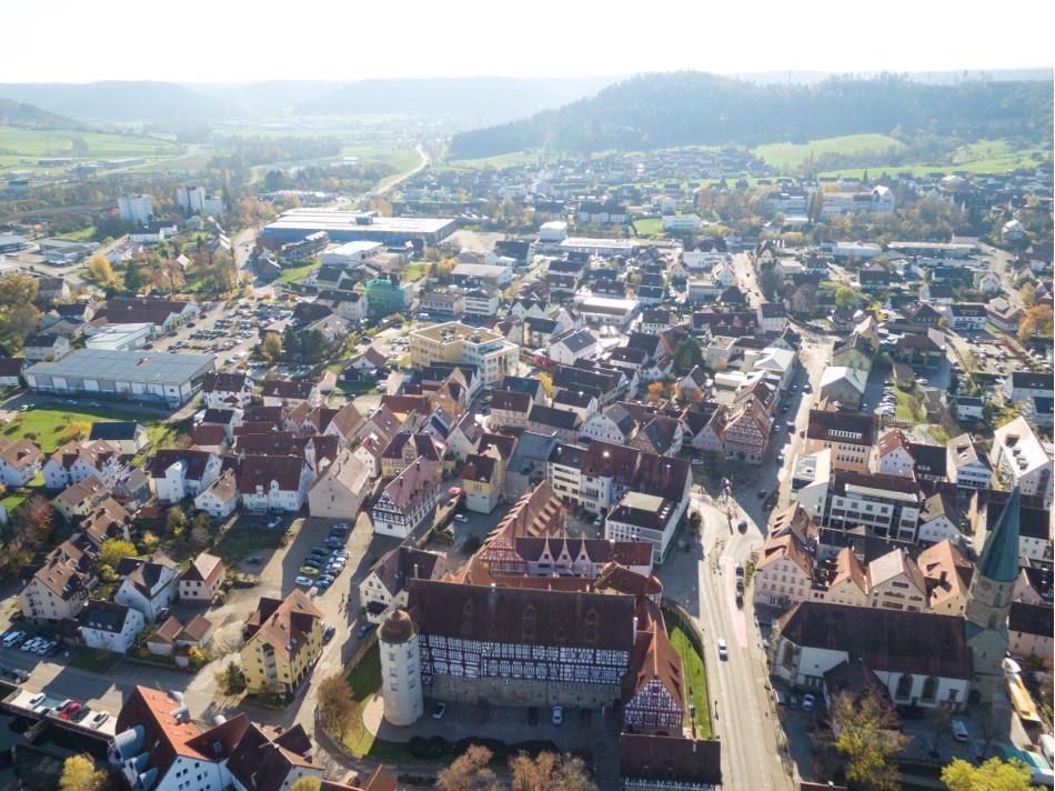 Häuser der Stadt Gaildorf von oben fotografiert.