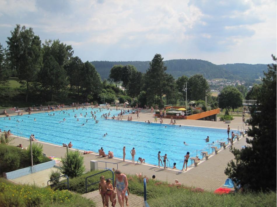 Freibadbecken auf dem Kieselberg mit Menschen in Gaildorf.
