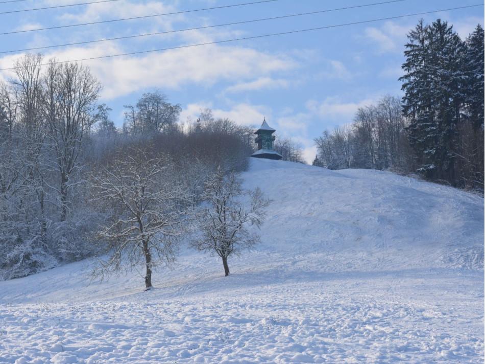 Der schneebedeckte Berg Kirgel in Gaildorf